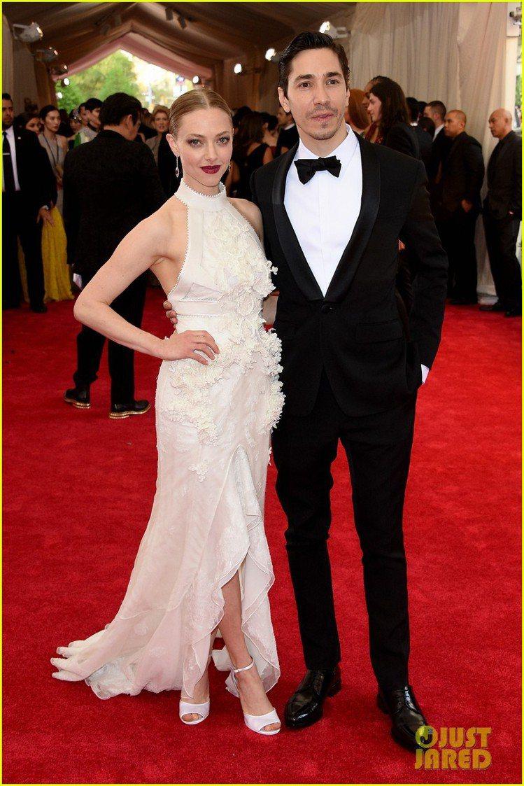 亞曼達賽佛瑞走的是瓷器花瓶路線,純白的 Givenchy 開衩禮服有東方風情的領...