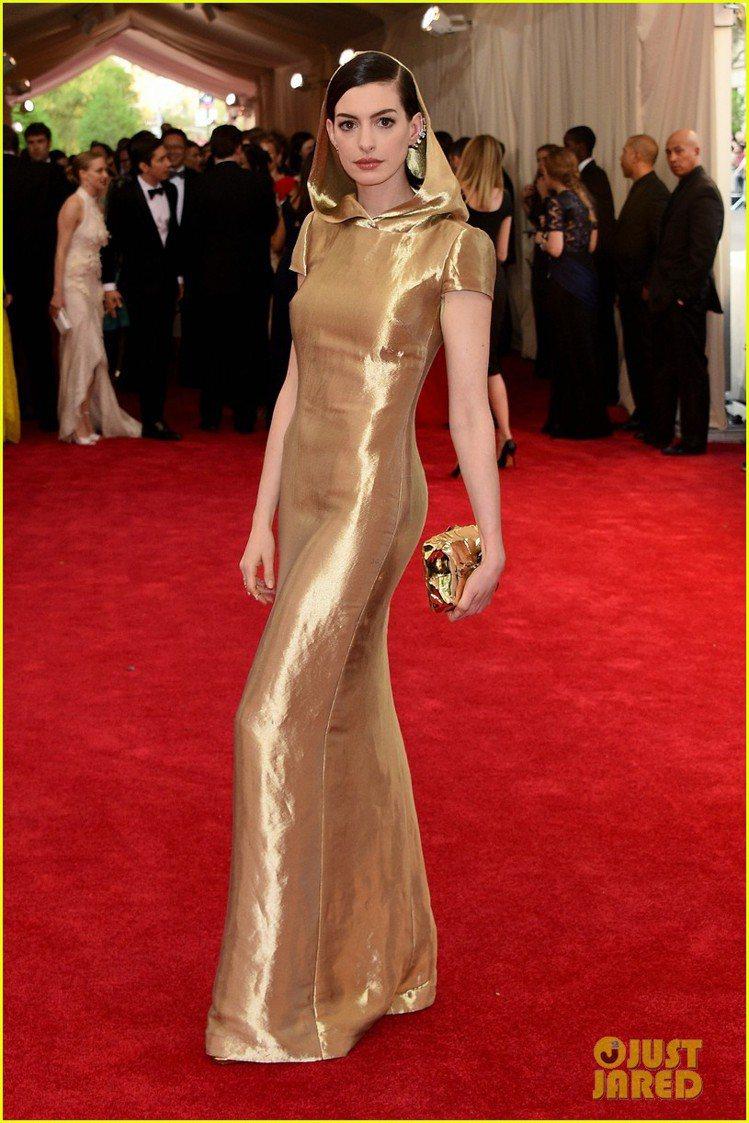 安海瑟薇選擇 Ralph Lauren 金色禮服現身紅毯,雖然沒有太符合主題,但...