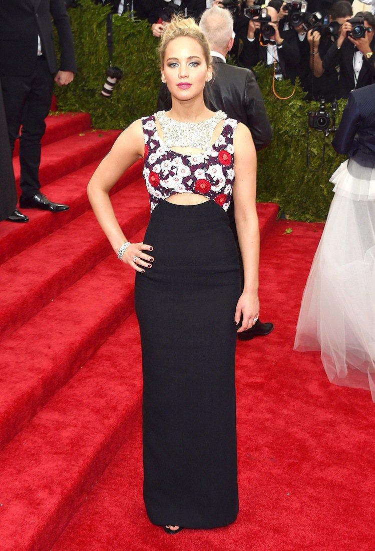 珍妮佛勞倫斯穿上Dior訂製服,貼身的布料搭配中空設計為印花禮服增加更多現代感。...