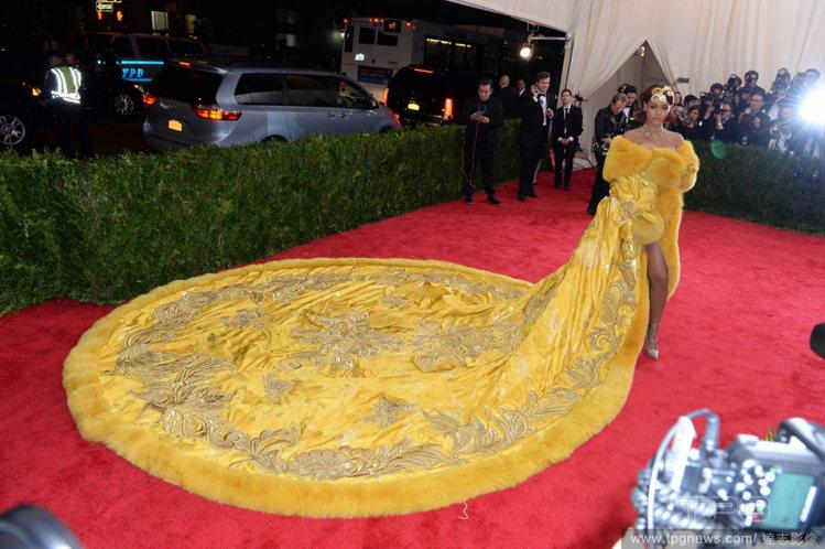 蕾哈娜的黃袍又被網友PS。圖/達志影像