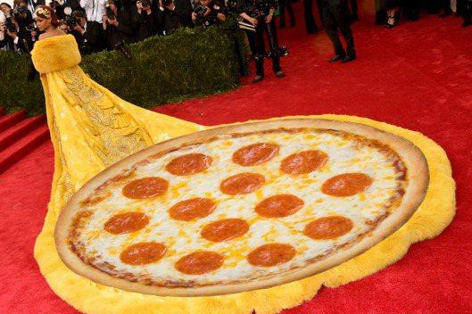 蕾哈娜的黃袍又被網友PS。圖/擷自紐約時報