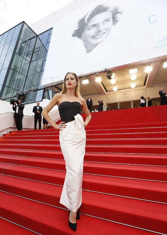 坎城影展紅毯有個長階梯,年輕女星穿高跟鞋走階梯沒問題,但對年長者或行動不便的女士...