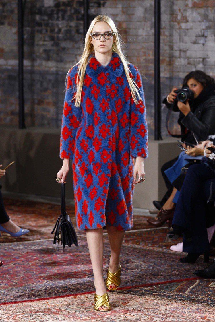 古著式的用色和圖騰,創作出乖巧淑女風格裙裝套裝、高腰襯衫領長洋裝、大衣...等等...