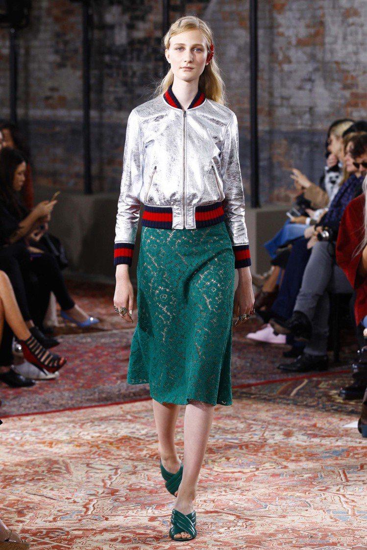 GUCCI 指標性的綠紅配色也巧妙以運動裙裝與夾克呈現。圖/擷自style.co...
