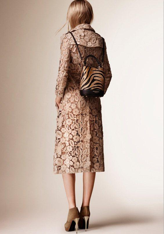 Burberry秋冬主打包BUCKET包,除了手提包、肩背包款外,還有青春時尚的...