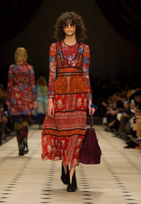 Burberry秋冬主打包BUCKET包,今年2月首度在倫敦時尚周亮相後,立刻就...
