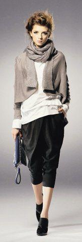 MOMA淺灰色線條圍巾搭配短版外套風格一致,內搭長版襯衫及老爺褲展現中性氣息。圖...