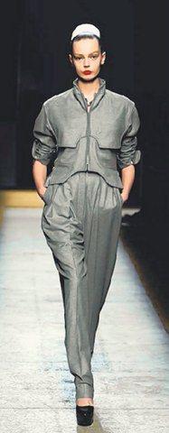 鐵灰色羊毛法蘭絨老爺褲,搭配立體剪裁外套,展現前衛中性風。圖/YSL提供
