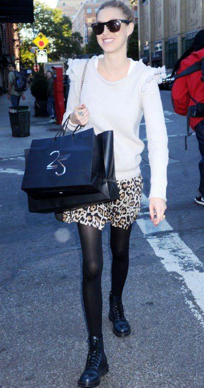 惠特妮波特的白色毛料上衣很有型,配上豹紋短裙和馬汀靴混搭出街頭時尚感。圖/達志影...