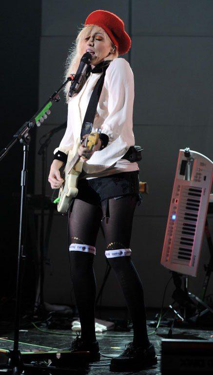 Katie White在演唱會中穿著設計感上衣,配上貝蕾帽和褲襪,透出可愛童趣感...