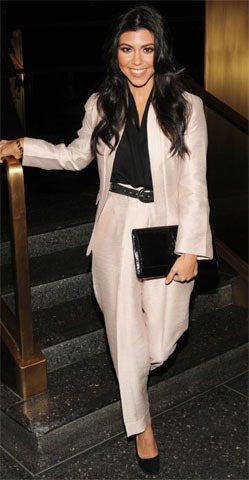 穿著高腰褲裝套裝的寇特妮卡達夏,中性風讓她看來帥氣有型。圖/達志影像提供