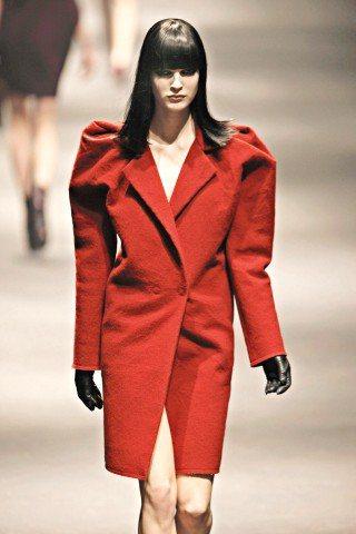 Lanvin大紅色套裝式外套上也可見到誇張的墊肩設計。圖/Lanvin提供