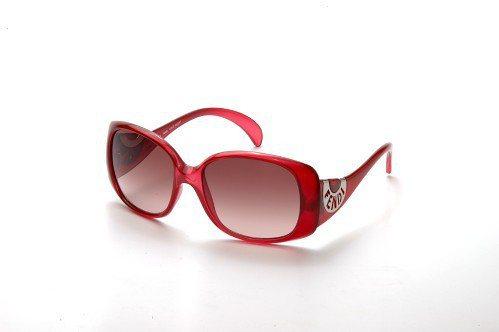 紅色Chef款太陽眼鏡金屬裝飾獨特半圓Fendi鏤空字體,造型出眾。圖/Fend...