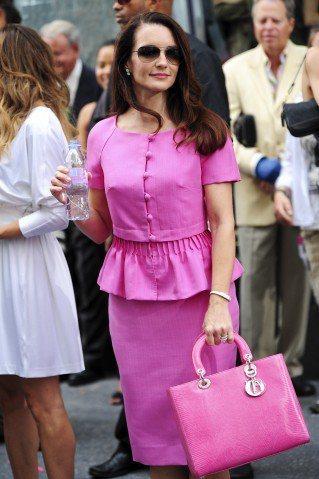 電影《慾望城市》中,克莉絲戴維斯飾演的夏綠蒂穿著Dior桃紅套裝,手拎lady ...