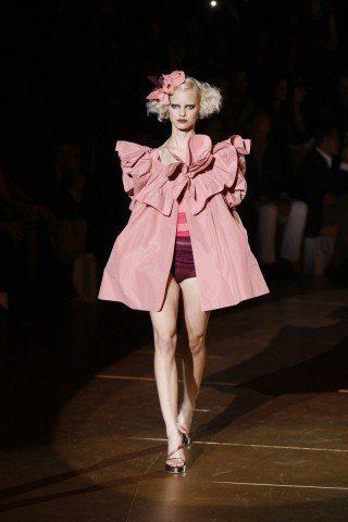 Marc Jacobs春夏系列粉紅斗篷,甜美可愛。 圖/Marc Jacobs提...