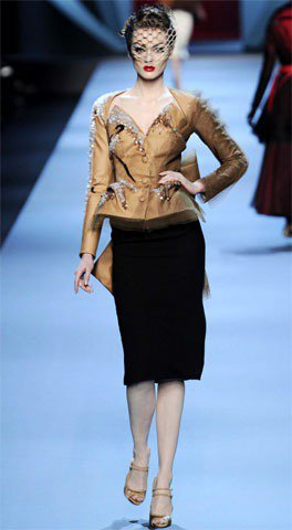 Dior高級訂製服剪裁重曲線,夢幻風格紗質裝飾展現芭比look。圖/達志影像提供