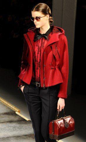硬挺布料外套、精美裝飾服裝與緞帶蝴蝶結,配上線條鮮明小型提包,典雅的淑女芭比風。...