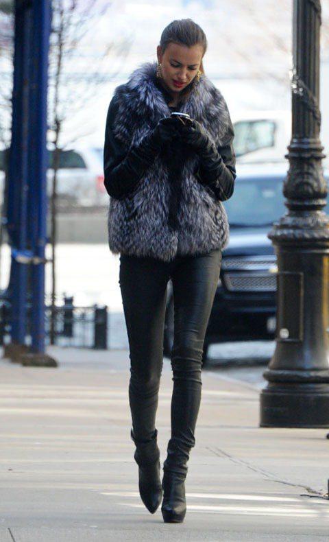 伊蓮娜一身黑衣黑褲,用駝鳥毛皮草背心的顏色點出亮點。圖/達志影像