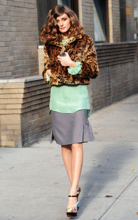 奧莉薇亞巴勒莫用短版豹紋外套玩層次穿搭。圖/達志影像