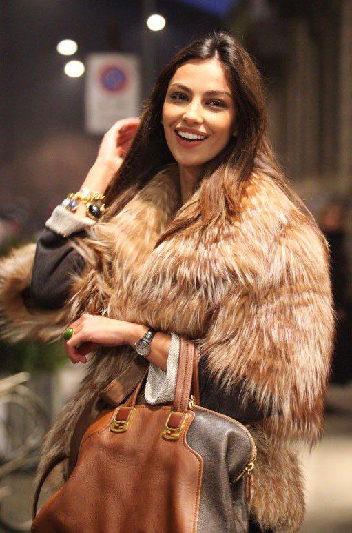 內衣名模Madalina Ghenea穿上誇張華麗的皮草外套,份量感十足。圖/達...