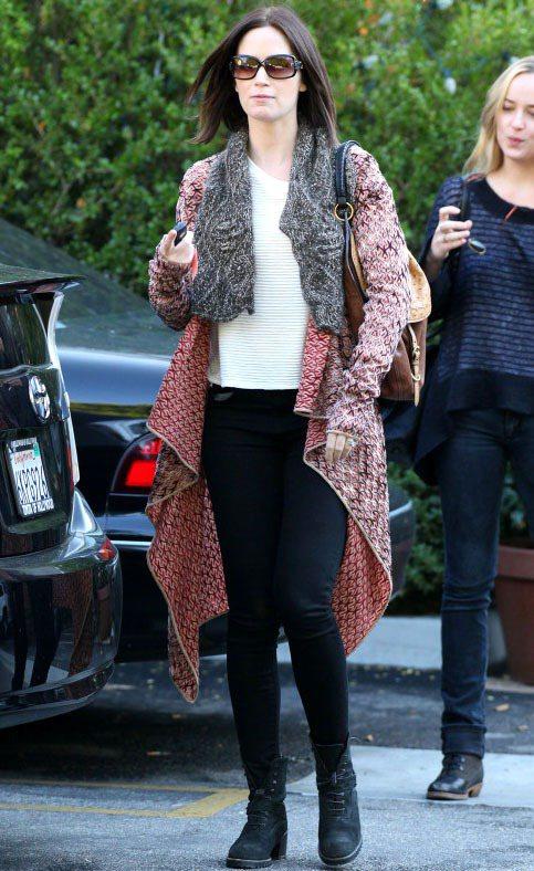 艾蜜莉布朗莓紅色混色針織長版外套搭灰色皮草領,在一片深色服裝中透露甜美的女人味。...