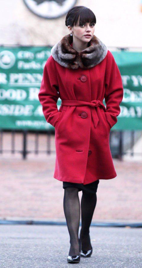 電影「阿達一族」裡的Christina Ricci,一身紅色皮草拼接大衣搭配乾淨...