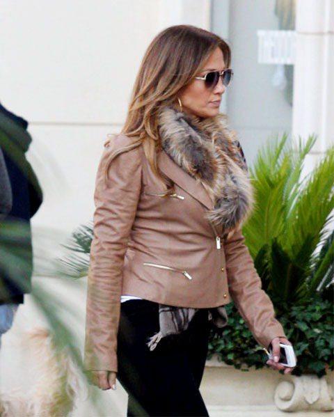 珍妮佛羅培茲皮草圍巾搭輕巧的皮衣俐落摩登。圖/達志影像