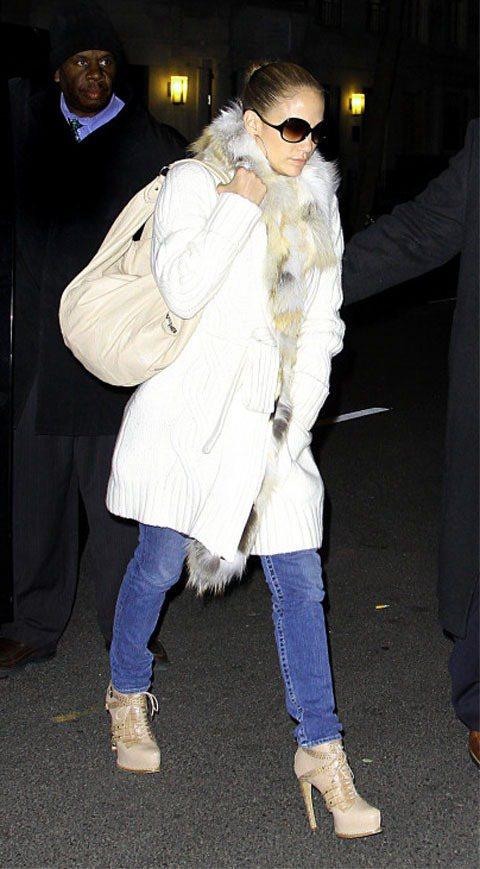 珍妮佛羅培茲皮草圍巾搭針織長外套展現高雅氣質。圖/達志影像