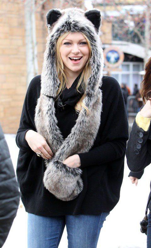 女星Laura Prepon的帽子兼圍巾與帽子的設計方便實用。圖/達志影像