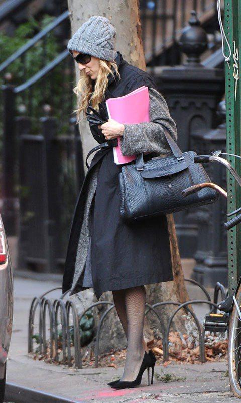 莎拉潔西卡派克黑色高跟鞋look,優雅時髦。圖/達志影像