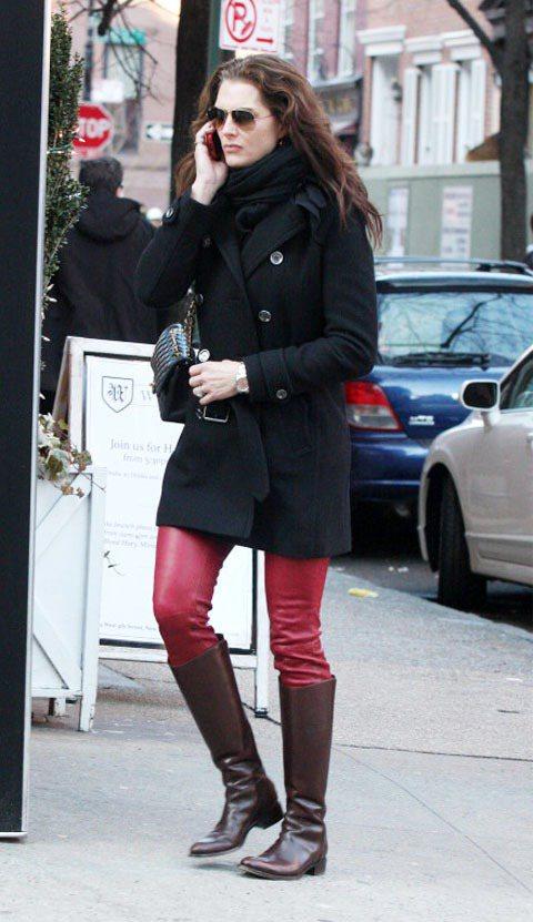 布魯克雪德絲棕靴配紅褲增添冬日裡的暖意。圖/達志影像