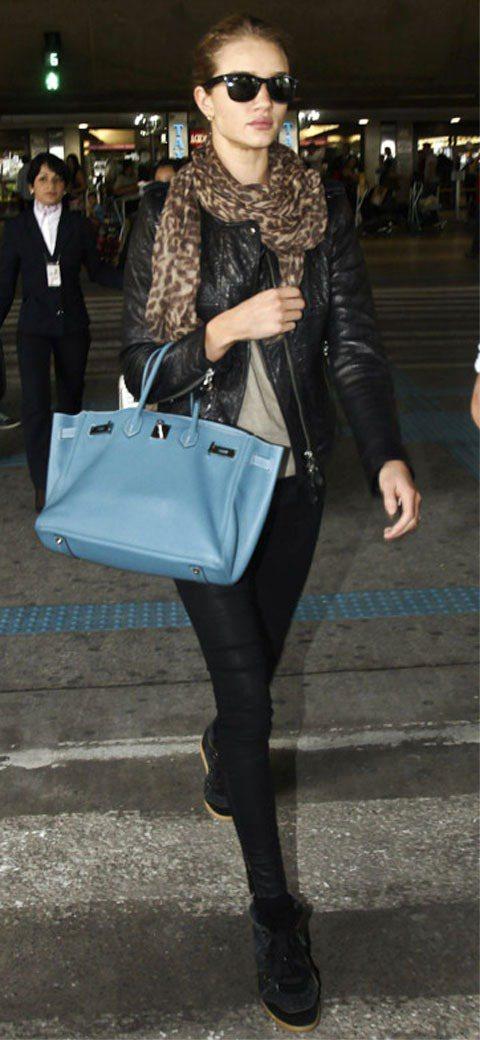 蘿西杭亭頓一身黑色皮衣勁裝,手上拎著的淺藍色柏金包讓貴氣感瞬間升高。圖/達志影像