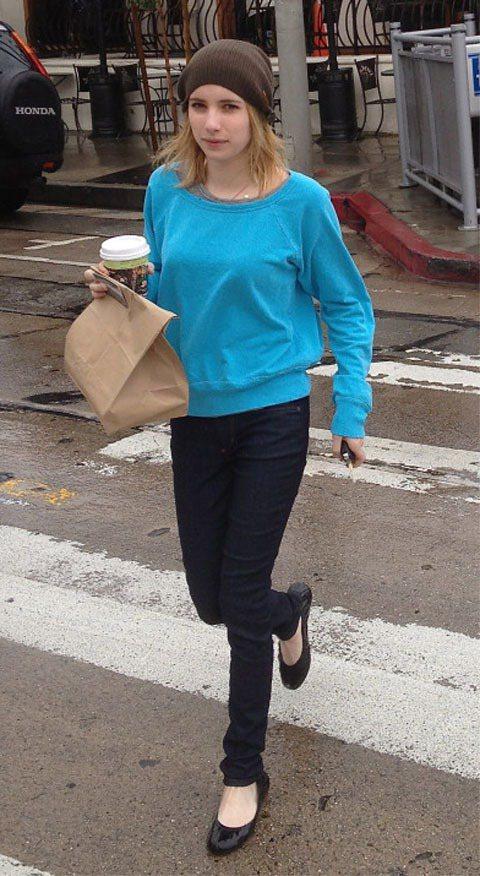 艾瑪羅勃茲亮天空藍上衣搭黑色窄管褲與毛帽有種鮮明高彩度卻又沉穩的時尚感。圖/達志...