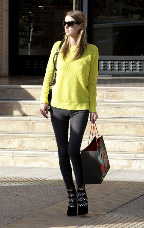 妮基希爾頓黃色上衣搭配黑色窄管褲,金屬設計靴款為呈現出鄰家女孩氣質的毛線衣打造出...
