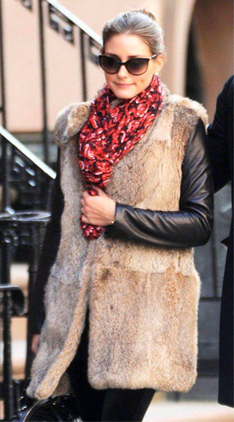 奧莉薇亞巴勒莫以雍容華貴的皮草背心搭配紅色編織圍巾。圖/達志影像