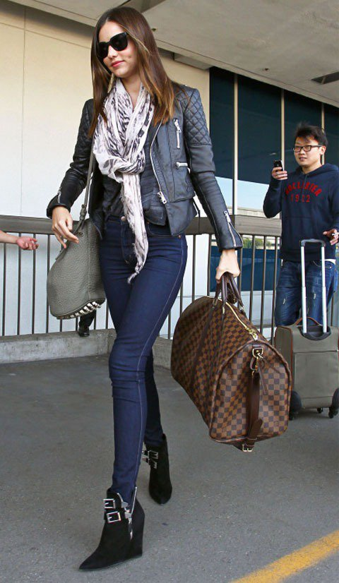 米蘭達柯爾以纖瘦率性的牛仔Look搭配白底印花圍巾現身機場。圖/達志影像