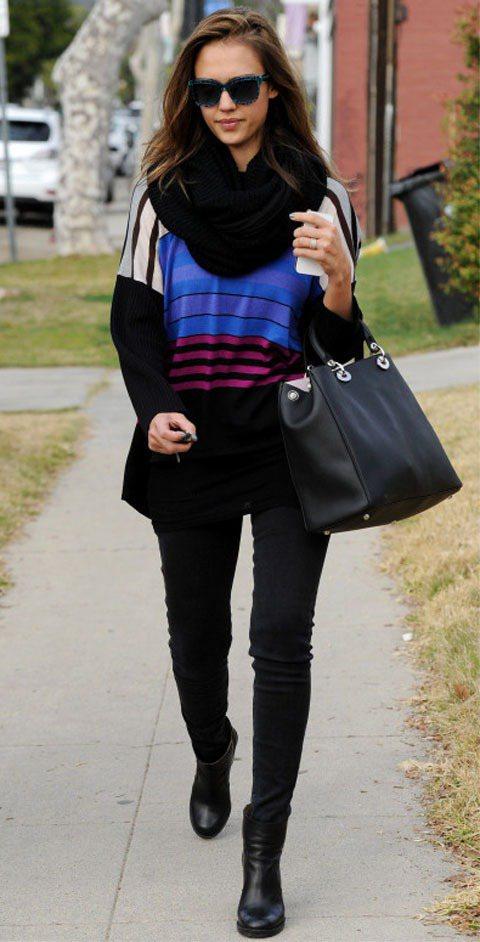 潔西卡艾巴穿上了復古幾何寬上衣搭配窄管牛仔褲。圖/達志影像