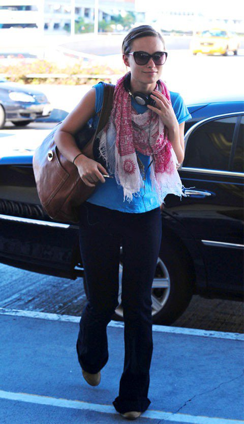 狂野女星Olivia Wilde穿上輕便的t-shirt牛仔褲,搭配鮮豔亮麗的圍...