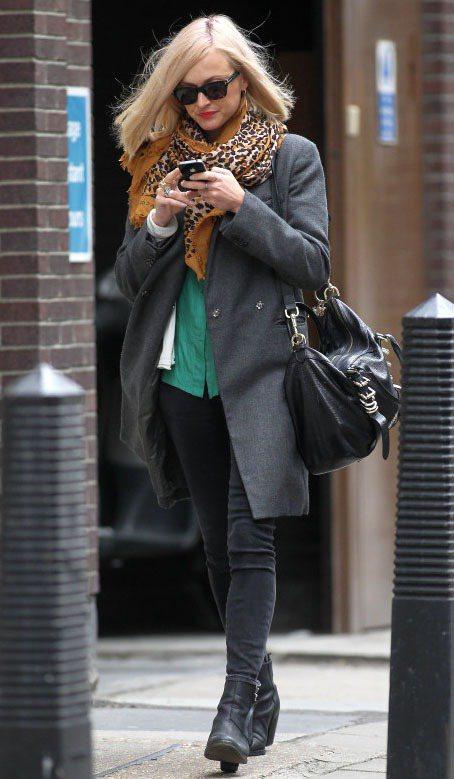 菲妮柯頓穿上灰色毛大衣和窄管牛仔褲,搭配與綠色襯衫超合襯的豹紋圍巾。圖/達志影像