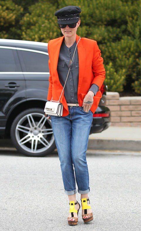 時髦辣媽Laeticia Hallyday橘色西裝外套色澤鮮明,搭配暗色內搭讓造...