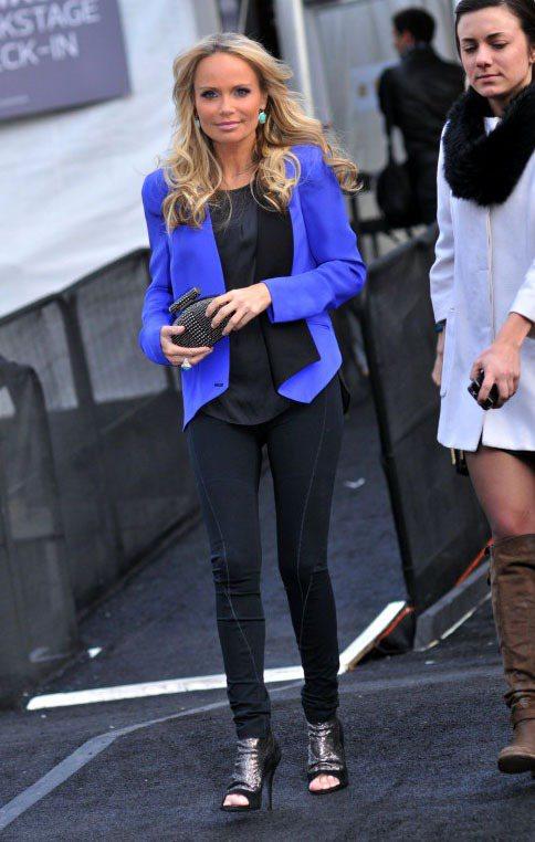 歌手克莉絲汀肯諾維斯寶藍色西裝外套搭配全身黑的穿法簡單又時髦。圖/達志影像