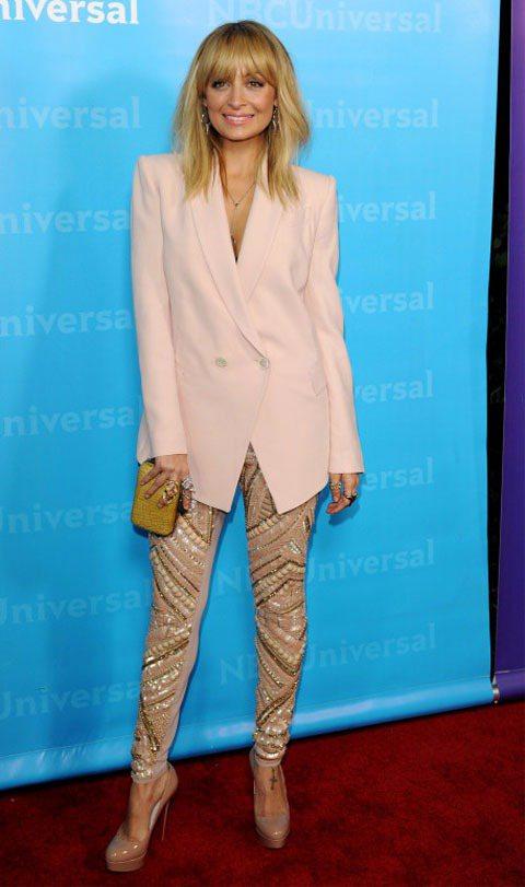 妮可里奇一身粉紅色oversize西裝外套搭配金色刺繡窄管褲,亮色系的搭法非常大...