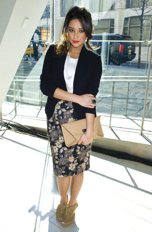 Shay Mitchell黑白配色的小花窄裙標準的日式風格,搭俐落套裝,都會女子...