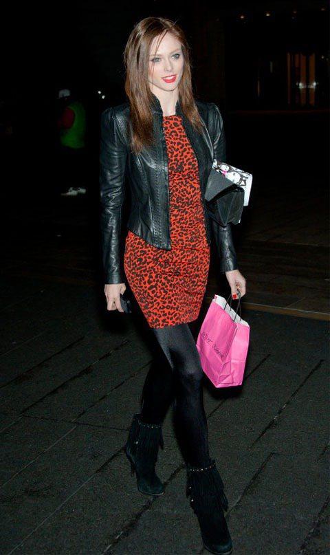 超模Coco Rocha偏愛皮夾克,搭上紅色豹紋緊身洋裝配鮮紅口紅,展現誘人的「...