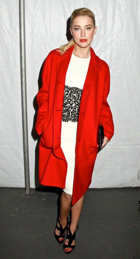 性感女星安柏赫德用一件紅大衣宣告「全場請看我一個人!」圖/達志影像