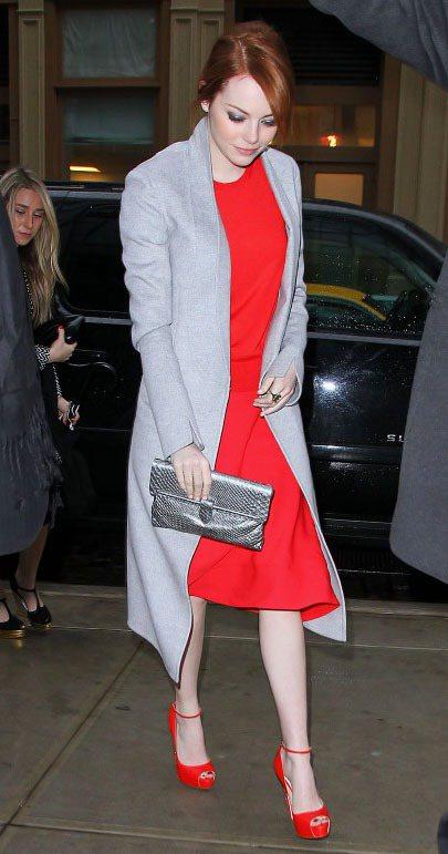 穿著一身紅色洋裝的艾瑪史東大秀雪白皮膚,以灰色大衣「柔和」亮色系的銳利感。圖/達...