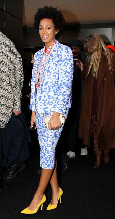 天后碧昂絲的妹妹Solange Knowles身穿藍色印花西裝套裝看起來非常優雅...