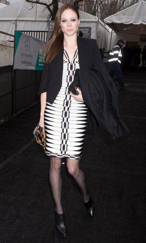 Coco Rocha的黑色西裝洋裝展現俐落時尚。圖/達志影像