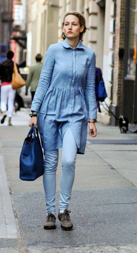 Leelee Sobieski選擇丹寧洋裝,搭配較洋裝色淺的窄管褲充當內搭褲,仿...