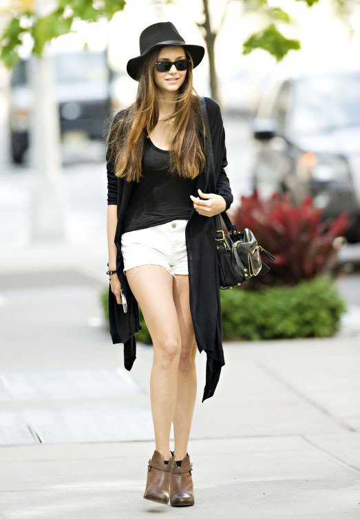 Nina Dobrev非常熱愛長版針織衫搭短褲的穿法,螢光綠或白色短褲在一片黑的...